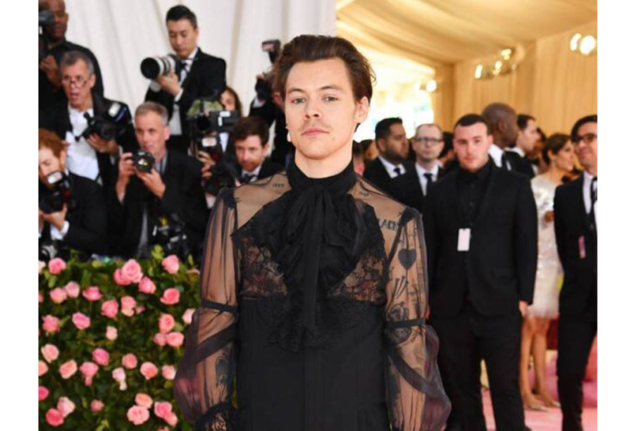 Harry+Styles%2C+the+host%2C+arrives+at+the+Met+Gala+wearing+a+lace+suit